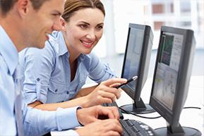Hombre y mujer trabajando en un ordenador